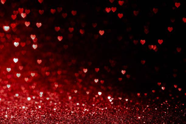 sfondo san valentino con cuori rossi glitter bokeh su nero, biglietto per san valentino, festa di natale e matrimonio, amore bokeh lucido coriandoli modello strutturato - san valentino foto e immagini stock