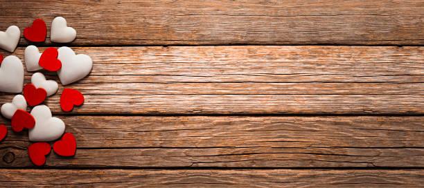 banner de san valentín, corazones en la mesa de madera vieja - día de san valentín fotografías e imágenes de stock
