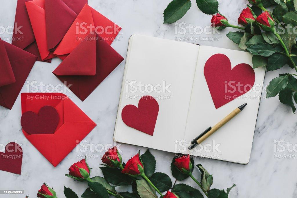 Valentinstagskarten mit Rosen auf einem Marmor Hintergrund – Foto