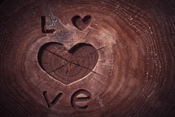 valentinstag konzept hintergrund. liebe und herz auf hölzernen hintergrund. - altes schmuckkunsthandwerk stock-fotos und bilder