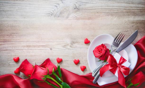 concepto de cena de día de san valentín - día de san valentín fotografías e imágenes de stock