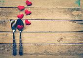 バレンタインの日のディナー、素朴な木製テーブルセッティング