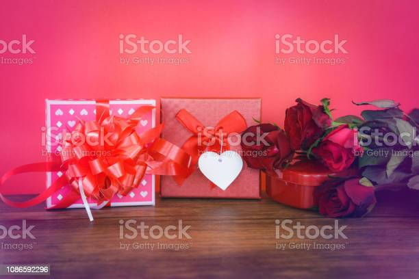 Valentines day gift box red and pink on wood valentines day red rose picture id1086592296?b=1&k=6&m=1086592296&s=612x612&h=uytojrd81ogg3f2vy58gdh2neqdvuewi1xnjbjjvvci=