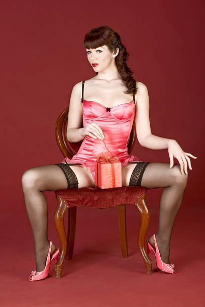 tienda de regalos abierta del día de san valentín con pin up sexy mujer - piernas abiertas mujer fotografías e imágenes de stock