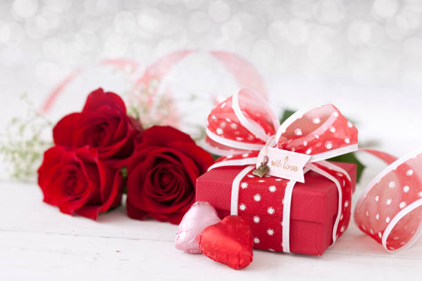 Valentinstag Geschenk mit roten Rosen und Schokolade – Foto
