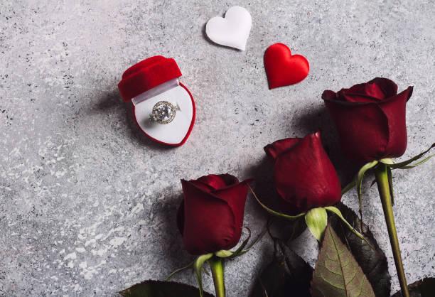 valentines tag mich heiraten hochzeit verlobungsring in box mit roter rose geschenk - verlobung was schenken stock-fotos und bilder