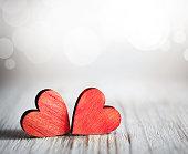 バレンタインデーます。木製の背景に赤いハート