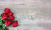 木材の背景をバレンタインの赤いバラ