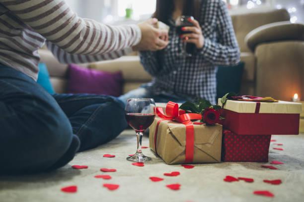 valentinstag-überraschung - verlobung was schenken stock-fotos und bilder