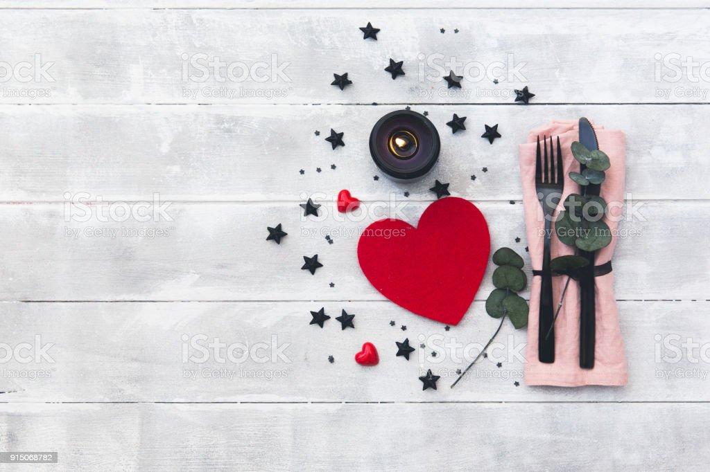 Valentinstag Tischdekoration Besteck Uber Holzerne Hintergrund
