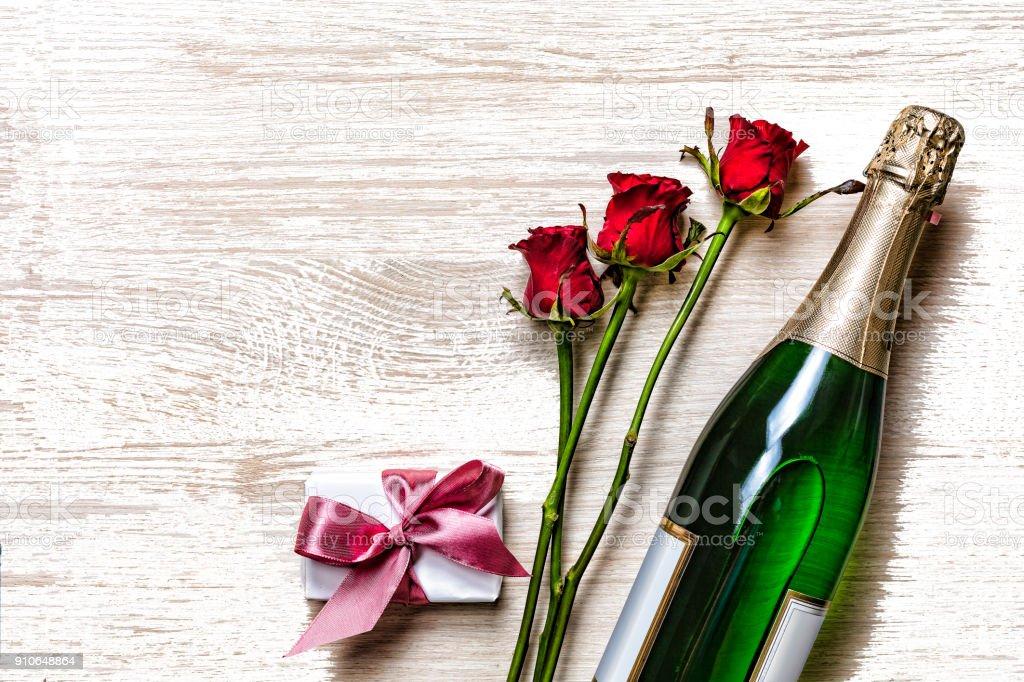 Zum Valentinstag Zum Valentinstag Champagner Geschenkbox Und Roten