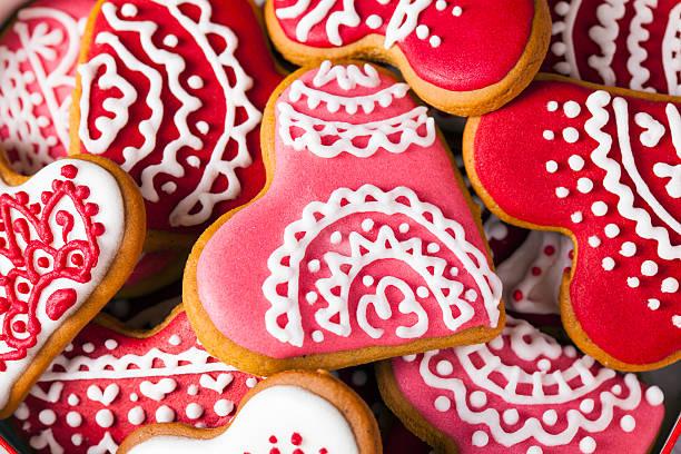 valentine's red and pink heart cookies full frame macro - lebkuchenherzen stock-fotos und bilder
