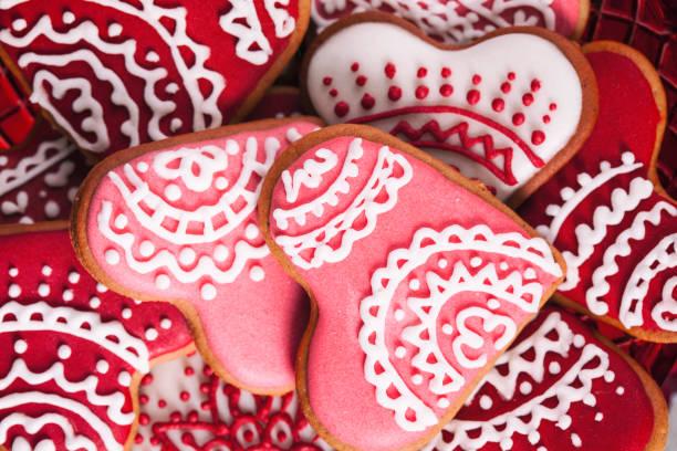 valentinstag rot und rosa herzen cookies full-frame-makro - spitzenkekse stock-fotos und bilder