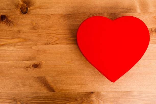 valentines hölzernen hintergrund - filzunterlage stock-fotos und bilder