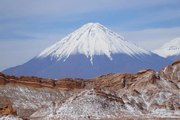 Tal des Mondes (Valle de la Luna) und schneebedeckter Vulkan Licancabur, Atacama Wüste, Chile – Foto
