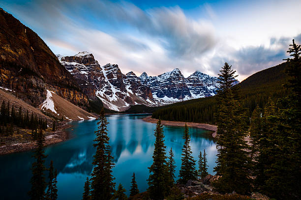 Valley of the Ten Peaks and Moraine Lake, Banff National Majestic Valley of the Ten Peaks reflecting on the turquoise waters of Moraine Lake, Banff National Park, Alberta, Canada valley of the ten peaks stock pictures, royalty-free photos & images