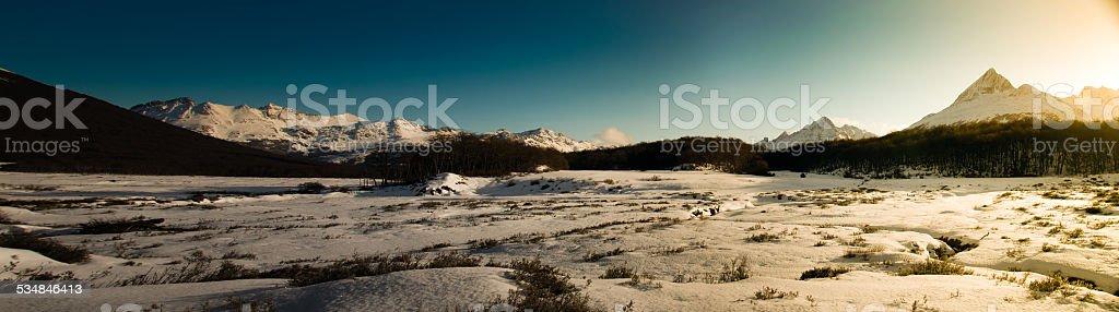 valley con la nieve en ushuaia argentina y a las montañas - foto de stock
