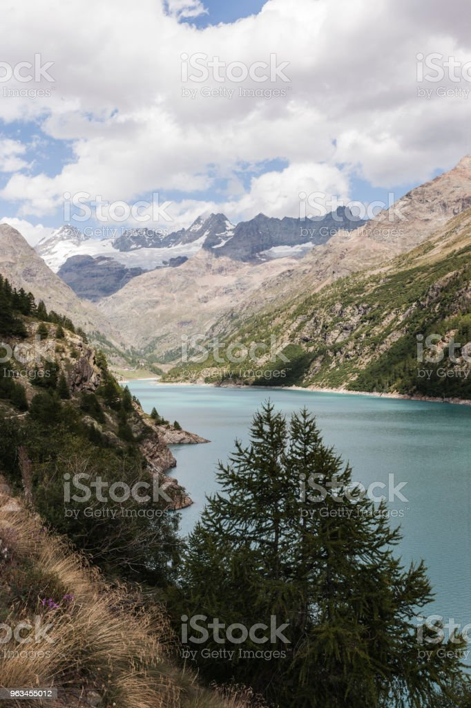Valpelline, Aosta Valley, Italy. Artificial lake of Place Moulin, with Tête de Valpelline, Dent d'Hérens and Grandes Murailles in the background, near the border with Switzerland - Zbiór zdjęć royalty-free (Alpinizm)