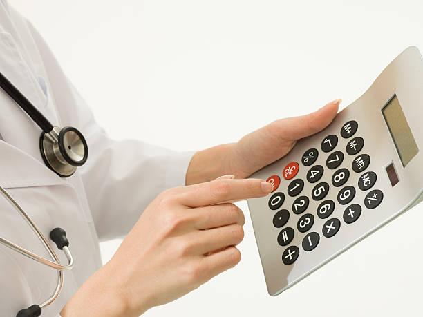 стоимость медицинского обслуживания. - medical technology стоковые фото и изображения