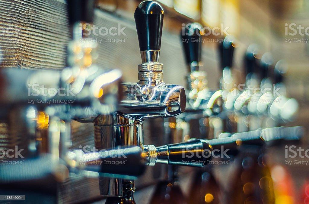 Valvole di bottiglie di birra riempimento - foto stock