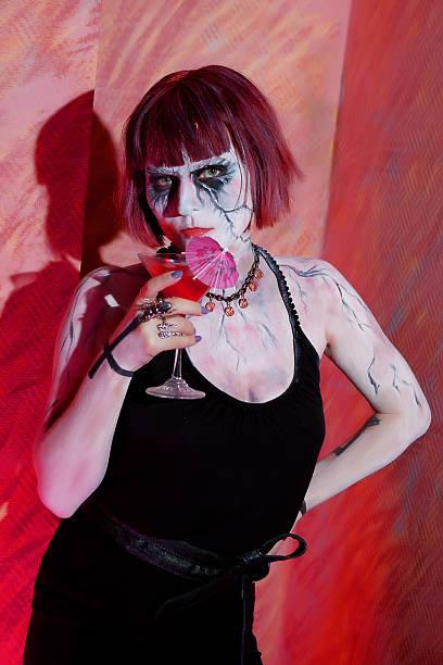 vampir mädchen mit glas von rotes blut trinken - cartoon kostüme stock-fotos und bilder