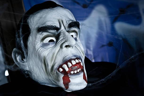 vampir halloween-porträt mit tränendes putzen - dracula schminken stock-fotos und bilder