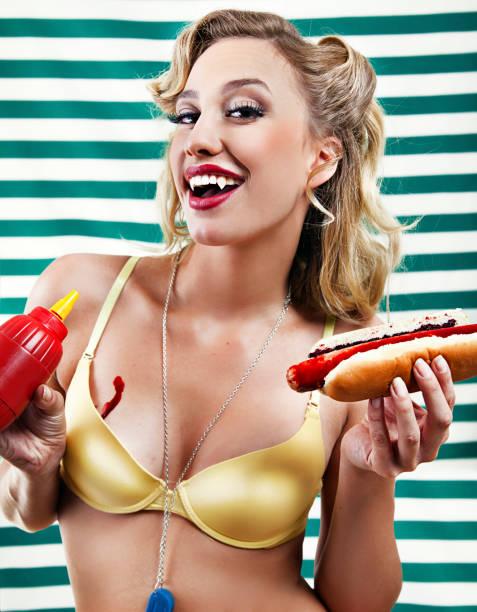 vampire pin up avec bloody hot dogs - vampire femme photos et images de collection