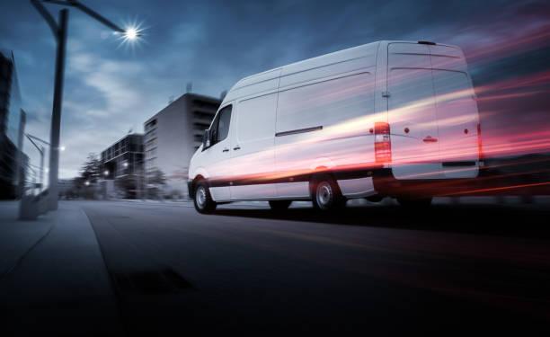 van liefert schnell im dunkeln - autotransporter stock-fotos und bilder