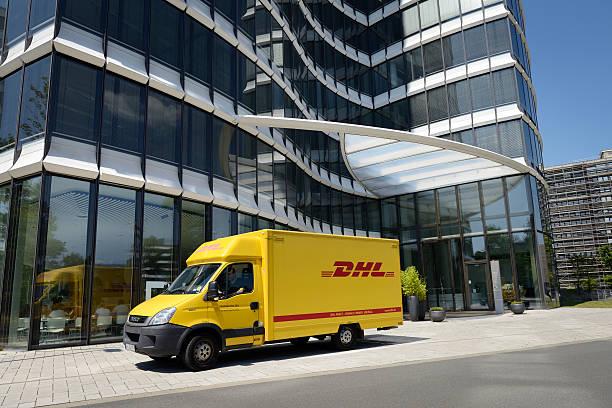 DHL van vor Moderne Bürogebäude – Foto