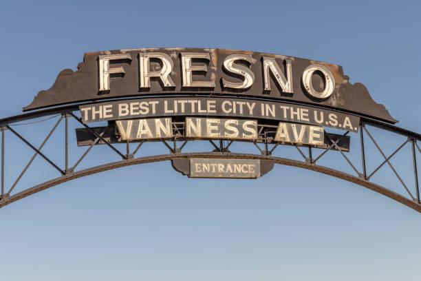 """entrada a la avenida van ness al centro de fresno, california, ee. uu. """"la mejor pequeña ciudad de los estados unidos"""" - señalización vial fotografías e imágenes de stock"""