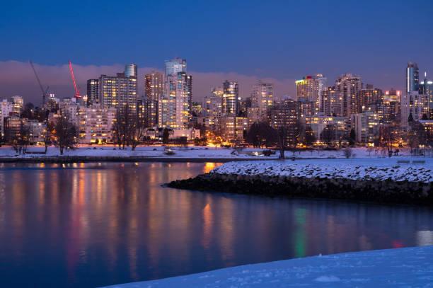 vancouver stadtbild mit frischem schnee - immobilienangebote stock-fotos und bilder