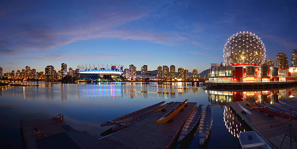 vancouver science world and bc stadium at night - vancouver canada stockfoto's en -beelden