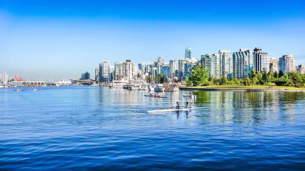 vancouver skyline met haven, british columbia, canada - vancouver canada stockfoto's en -beelden