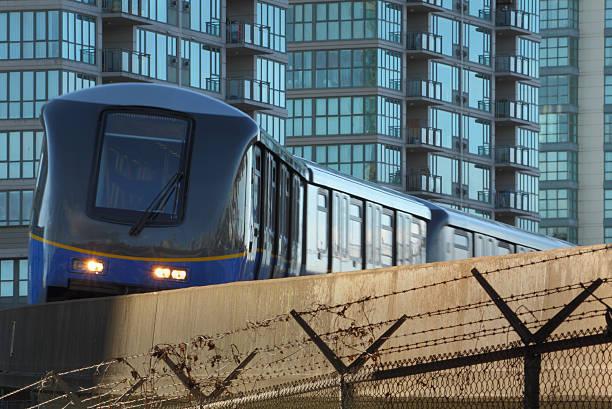 vancouver, skytrain commuter rail - hochbahn passagierzug stock-fotos und bilder