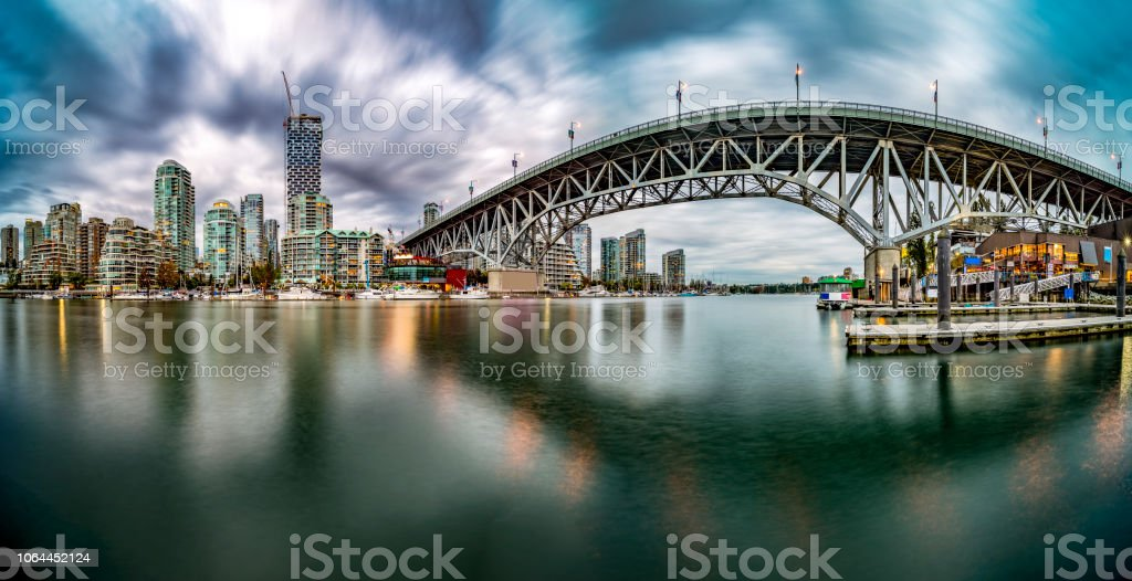 Skyline von Vancouver Waterfront mit Granville Bridge unter Gewitterwolken – Foto