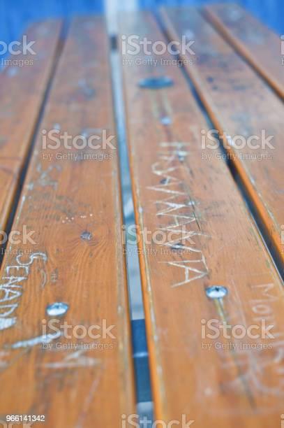 Вандализованная Деревянная Скамейка Парка — стоковые фотографии и другие картинки ASBO