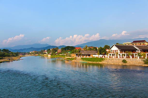 vang vieng und der nam song river, laos - vang vieng stock-fotos und bilder