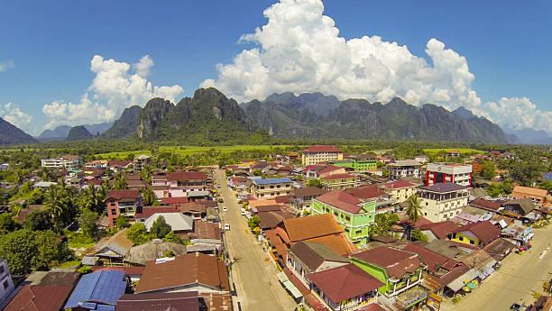 vang vieng, laos - vang vieng stock-fotos und bilder