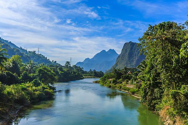 vangvieng and nam song river in laos - vang vieng stock-fotos und bilder