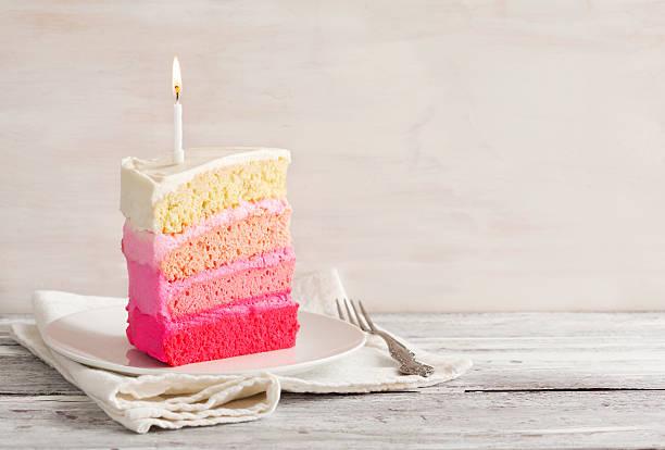 ванильный пирог в розовый с эффектом «омбре» - кусок торта стоковые фото и изображения