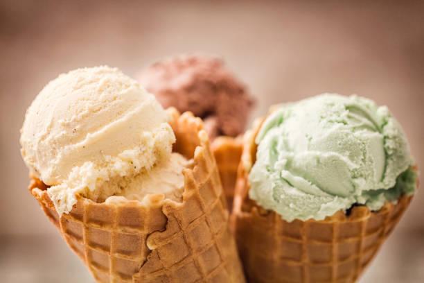 vanilya, çikolata ve fıstık dondurma - ice cream stok fotoğraflar ve resimler
