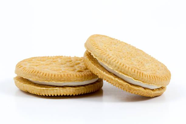 cookies mit vanille creme füllung auf weißem hintergrund - vanille waffeln stock-fotos und bilder