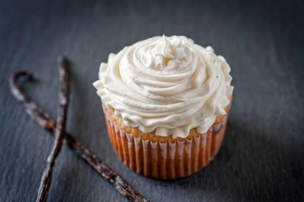 vanilla cupcake - cupcake foto e immagini stock
