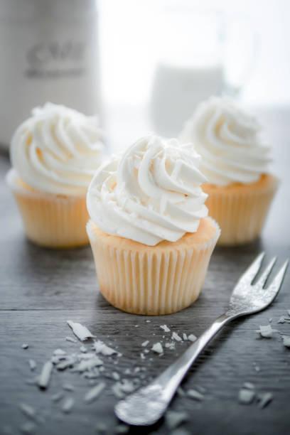 vanille cupcakes mit buttercreme frosting. - vanille muffins stock-fotos und bilder