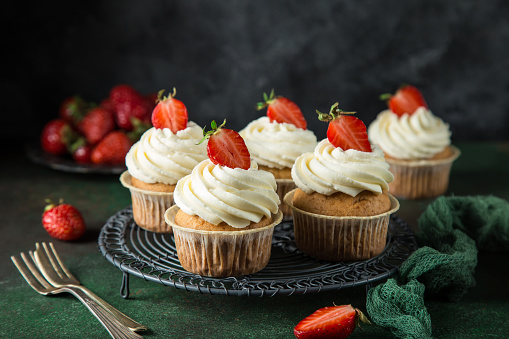 vanilla cupcakes with cream cheese frosting and fresh strawberry