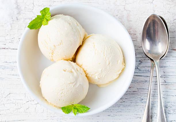 vanille-eis in der schale bio-produkt - hausgemachtes vanilleeis stock-fotos und bilder