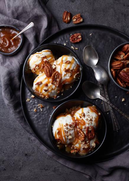 vanille-eis mit karamell-sauce und pecan-nüssen - hausgemachtes vanilleeis stock-fotos und bilder