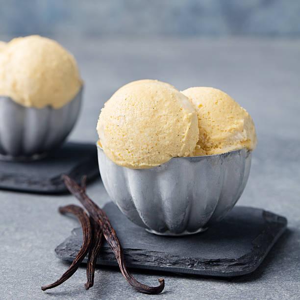 vanille eiscreme mit vanille-pods im metall klassisch bowl. - hausgemachtes vanilleeis stock-fotos und bilder