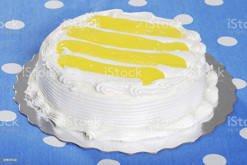 vanilla lemon cake on silver platter royaltyfri bildbanksbilder