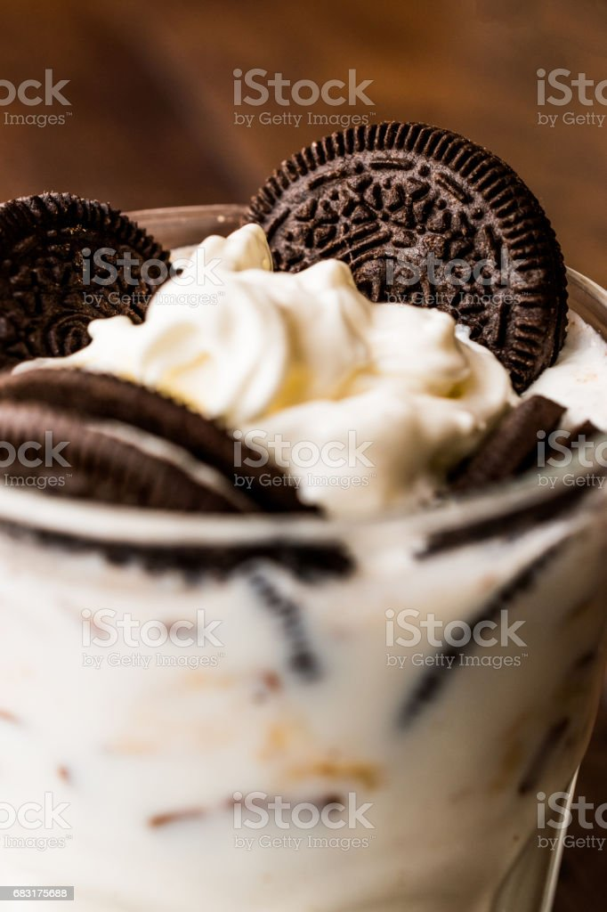 Vanilla Milkshake with chocolate cookies and black straw. foto de stock royalty-free